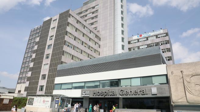 Ambiente en las inmediaciones de la puerta del Hospital de La Paz.