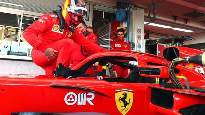 Carlos Sainz, poniendo a punto el Ferrari antes de rodar.
