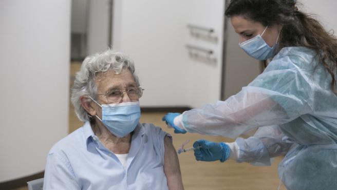CORONAVIRUS ASTURIAS (Alberto Díaz, usuario). Inicio de la segunda tanda de vacunaciones contra el virus SARS-Cov-2, causante de la COVID-19, en el CPR Residencia Mixta de Gijón. Asturias (España), a 18 de enero de 2021