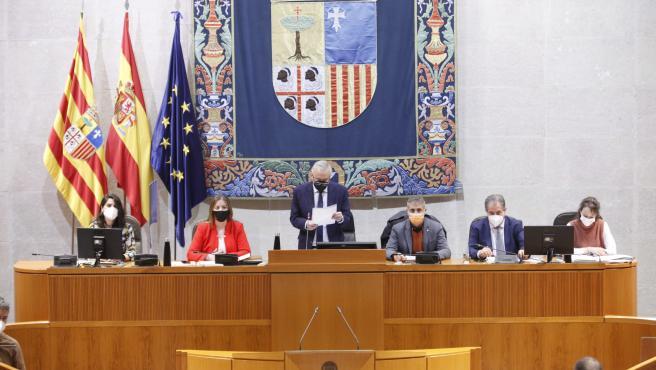 El presidente de las Cortes de Aragón, Javier Sada, lee una declaración institucional donde el Parlamento autonómico se compromete a trabajar para paliar el impacto de la pandemia de la COVID-19 en personas con cáncer.