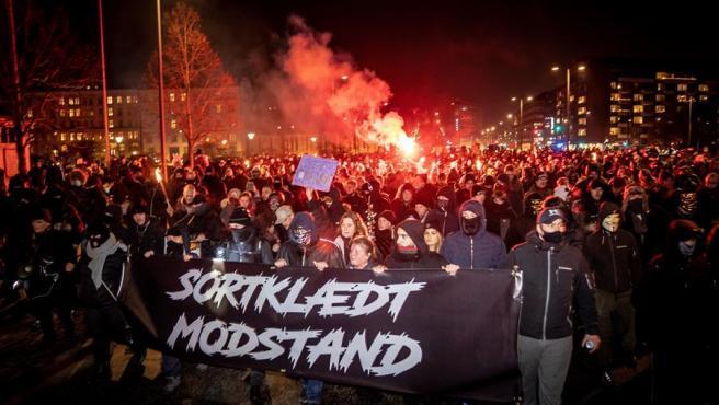 """Manifestantes en Dinamarca sostienen un cartel en el que se lee """"Resistencia vestida de negro"""" el pasado 23 de enero."""