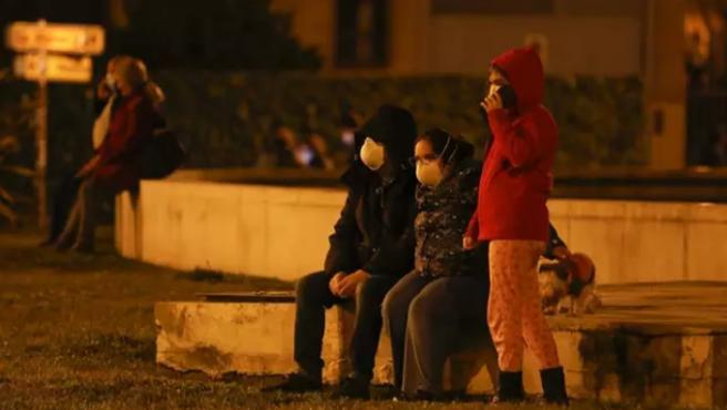 Vecinos de Granada, tras salir a la calle por los terremotos que han sacudido la provincia.