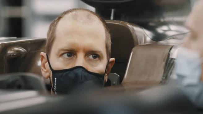 Vettel, haciéndose el asiento del Aston Martin