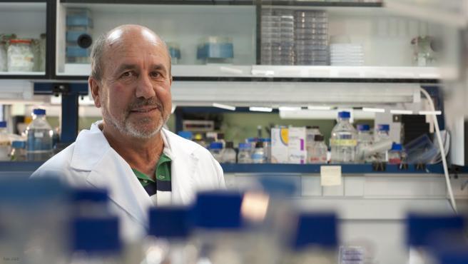"""El virólogo español, Mariano Esteban, quien lidera el equipo que está desarrollando una de las tres vacunas contra el SARS-CoV-2 del CSIC, la más avanzada por su eficacia del 100% en ratones, espera realizar esta primavera los ensayos con humanos, y confirmar así si su candidato vacunal protegerá del nuevo coronavirus con una respuesta inmune """"más amplia y más duradera""""."""