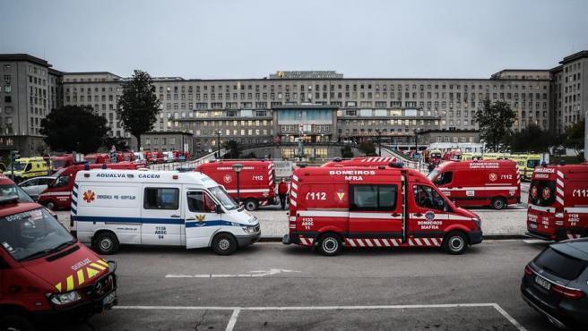 Docenas de ambulancias con pacientes de COVID-19 esperan a las afueras del hospital Santa María, en Lisboa (Portugal), ante la falta de espacio en el centro sanitario.