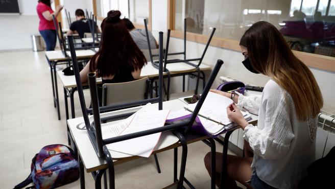 Varios alumnos dan clase en un colegio.