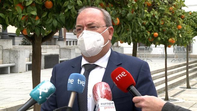 El presidente del PP de Extremadura, José Antonio Monago, atiende a los medios en Mérida