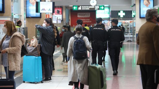 Agentes de la Policía Nacional caminan por las instalaciones de la estación de tren Chamartín para realizar un control de movilidad, en Madrid (España), a 30 de octubre. El control se produce horas después de que se hiciera efectivo un