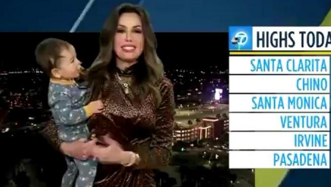 La meteoróloga Leslie López, en ABC7, con su bebé en brazos.