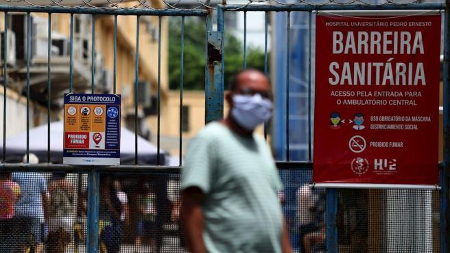 Un hombre es visto en frente al Hospital Universitario Pedro Ernesto, en Río de Janeiro (Brasil).