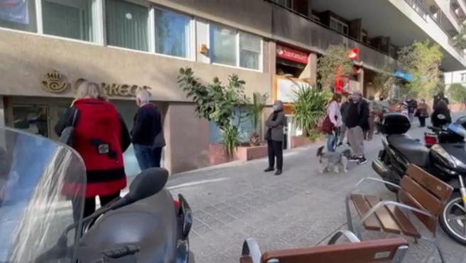 Cola frente a una oficina de Correos en Cataluña.