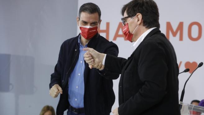 El presidente del Gobierno, Pedro Sánchez, junto al candidato del PSC a las elecciones, Salvador Illa