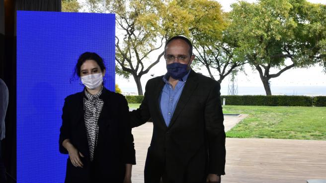 La presidenta de la Comunidad de Madrid, Isabel Díaz Ayuso, y el candidato del PP al 14F, Alejandro Fernández, en un acto en Barcelona