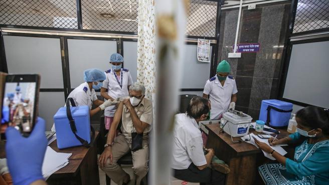 Un hombre recibe su primera dosis de una vacuna contra la Covid-19 dentro del Centro de Vacunación del Hospital Shatabdi en Mumbai, India.