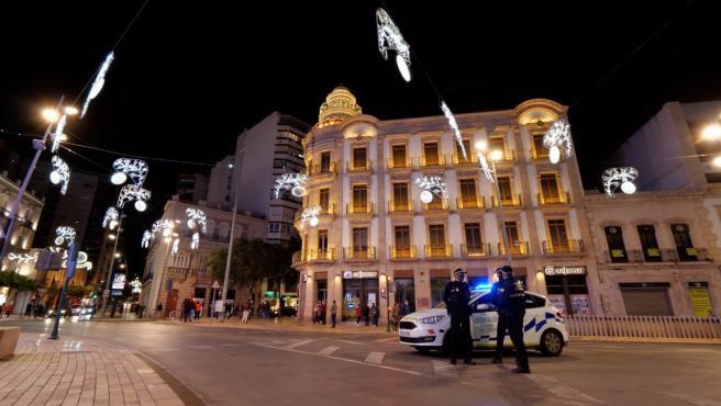 Agentes de Policía Local en la Puerta de Purchena de Almería