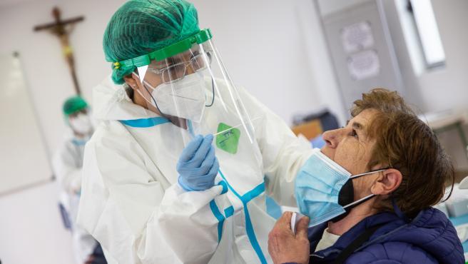 Una mujer se somete a un test de antígenos en Badajoz.