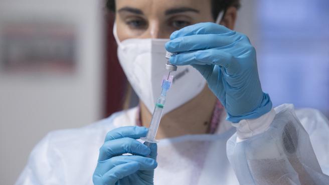 CORONAVIRUS ASTURIAS. (Lara Menéndez, enfermera de Atención Primaria del área sanitaria V) Inicio de la segunda tanda de vacunaciones contra el virus SARS-Cov-2, causante de la COVID-19, en el CPR Residencia Mixta de Gijón. Asturias (Es