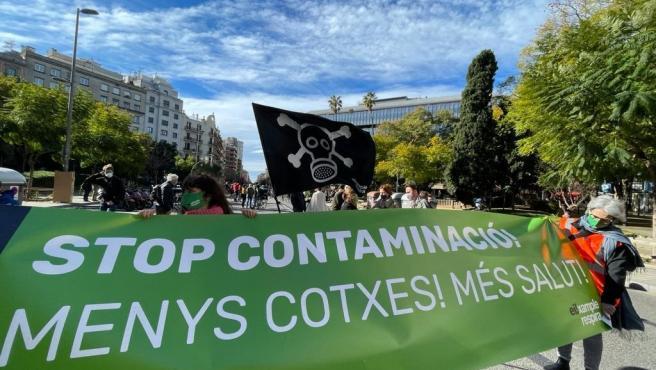Entidades y vecinos cortan distintos puntos de Barcelona para exigir ciudades 'más verdes'