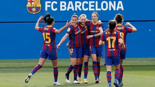 Varias jugadoras del FC Barcelona celebran un gol ante el Real Madrid.