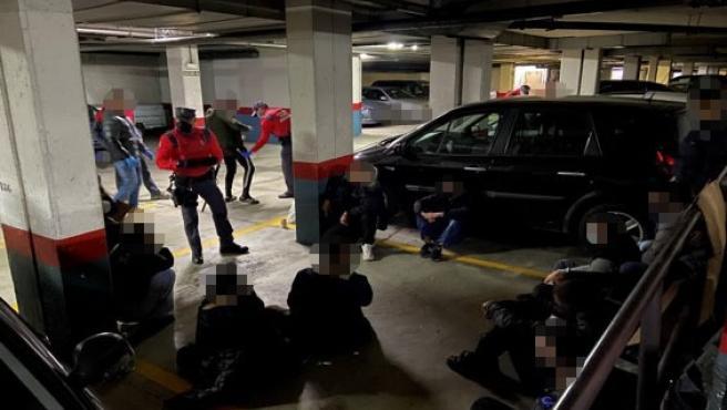 La Policía Foral interviene en un botellón en un garaje de Zizur Mayor
