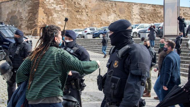 Una integrante del grupo antifascista grita a Santiago Abascal, líder de Vox, e Ignacio Garriga, candidato del partido a la Generalitat, en su acto en Lleida.