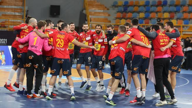 Los jugadores de la selección española de balonmano celebran una victoria en el Mundial de Egipto