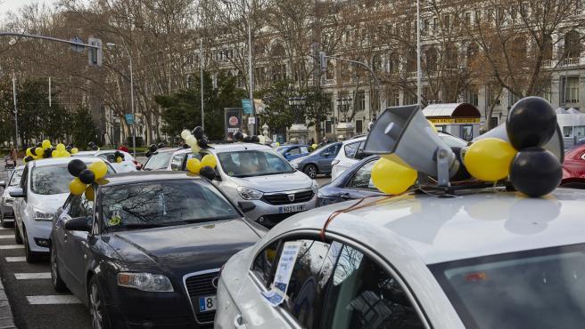 Una caravana de coches manifiesta contra la contratación temporal de las administraciones públicas en Madrid.