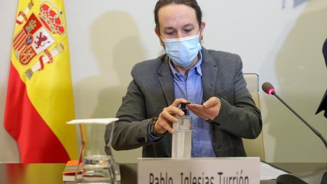 El vicepresidente Pablo Iglesias se desinfecta las manos durante el acto de clausura de la presentación del informe del Consejo Económico y Social de España (CES).