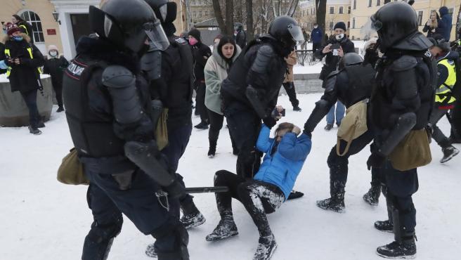 Un protestante es detenido durante la manifestación para exigir la liberación del opositor ruso Alexéi Navalni.
