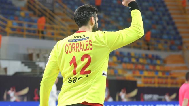 Rodrigo Corrales celebra una parada durante el Mundial de Egipto de Balonmano