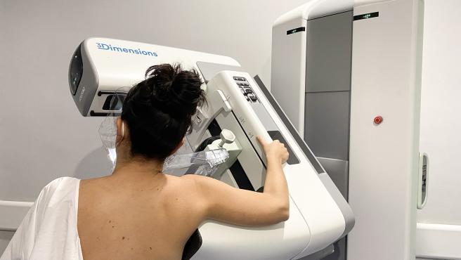 Una paciente se realiza una mamografía.