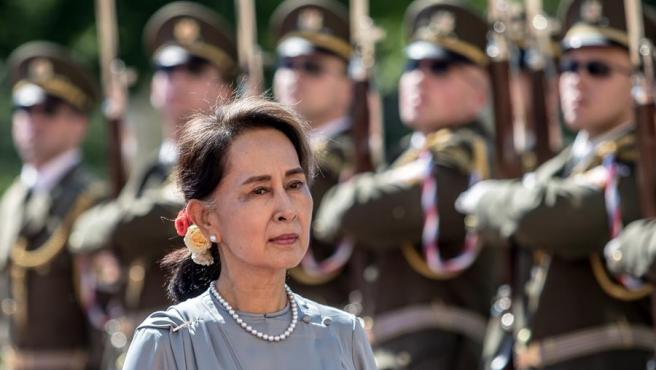 La premio Nobel de la Paz y líder del partido birmano Liga Nacional para la Democracia Aung San Suu Kyi, pasa revista a una guardia de honor en Praga (República Checa), en 2019.