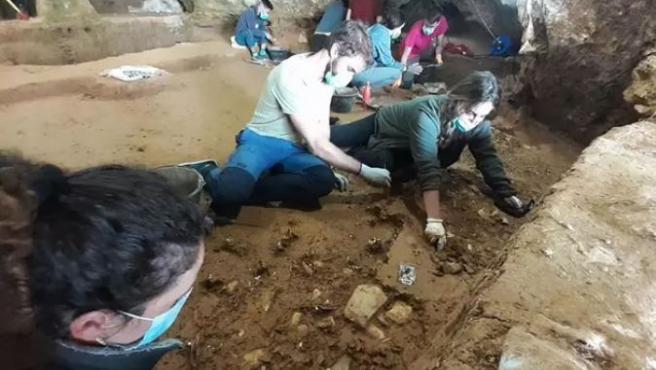 Campaña de excavación en la cueva de Prado Vargas, en la provincia de Burgos.