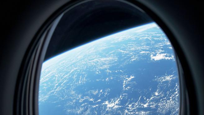 La Tierra, vista desde la nave Dragon de SpaceX durante su trayecto hacia la Estación Espacial Internacional.