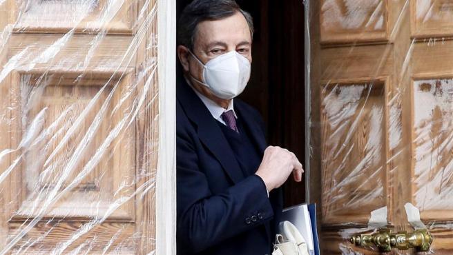 El expresidente del BCE, Mario Draghi, abandona su domicilio este martes antes de ser nombrado candidato a primer ministro.