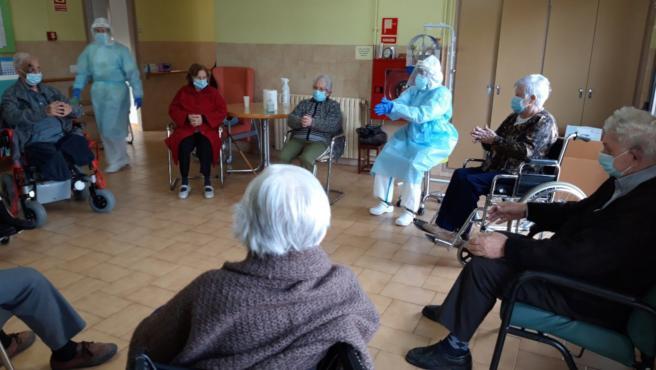 Actividad en grupo en una residencia de ancianos de Solsona (Lleida).