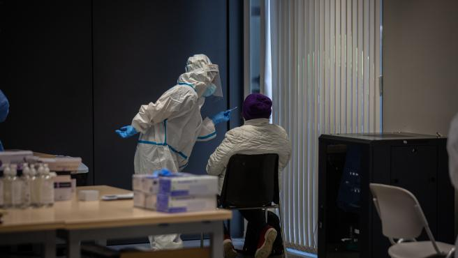 Una persona recibe una prueba PCR en un dispositivo de cribados masivos (Archivo)