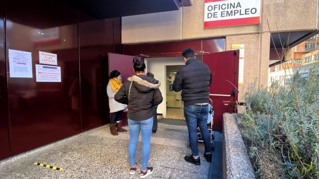 Varias personas frente a una oficina de empleo en Madrid