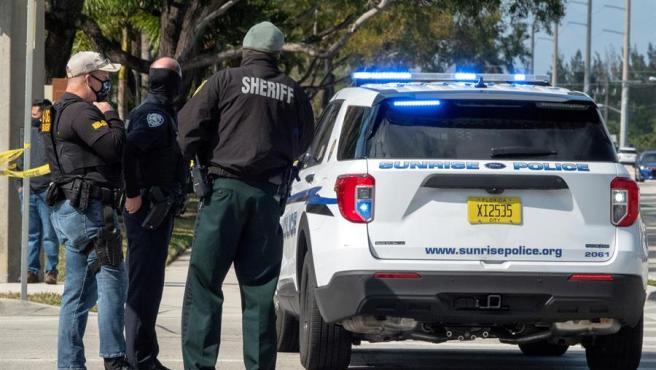 Agentes del FBI y policías locales, junto a la vivienda en Sunrise (Florida, EE UU), donde murieron dos agentes del FBI y un sospechoso en un tiroteo durante el registro de una vivienda.
