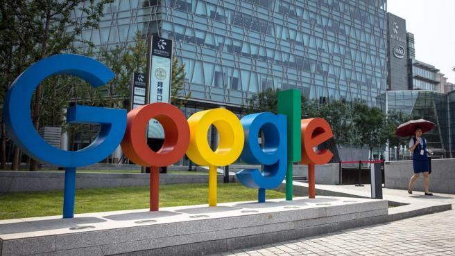 El logo de Google, junto a las oficinas de la compañía en Pekín, China.