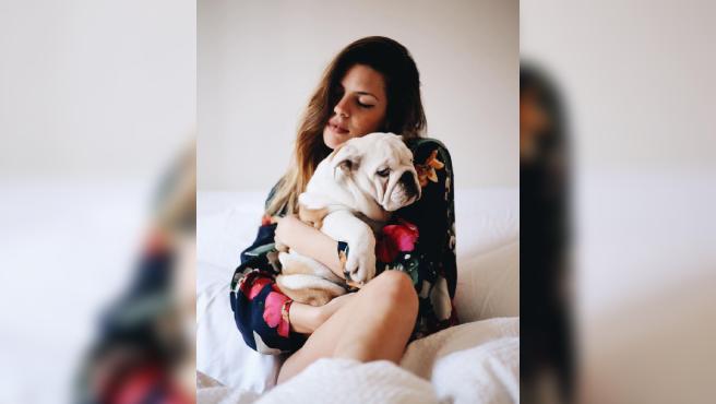 Laura Matamoros y su fallecido perro Indo.