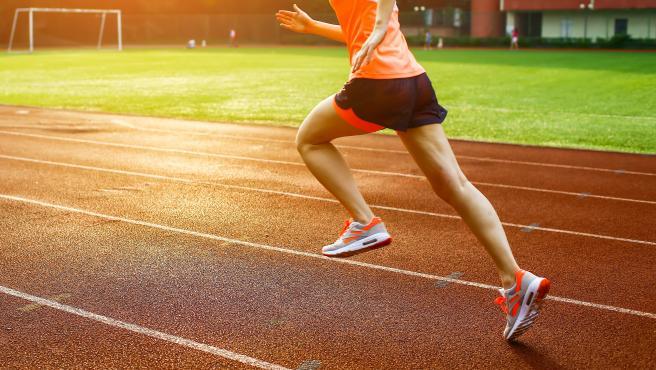 Una mujer corriendo.