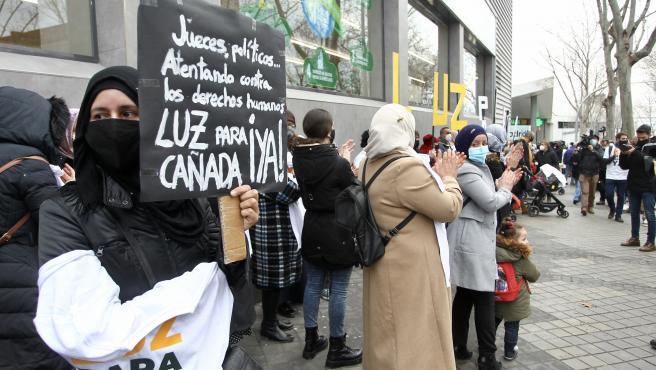 Decenas de personas se han manifestado este jueves frente a la Asamblea para exigir que vuelva la luz a la Cañada Real.