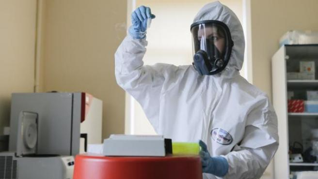 Investigadora trabajando en la vacuna rusa contra la Covid-19