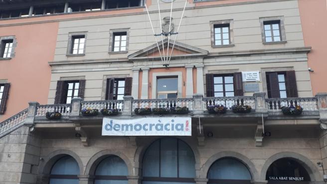 La fachada del Ayuntamiento de Ripoll con la pancarta.