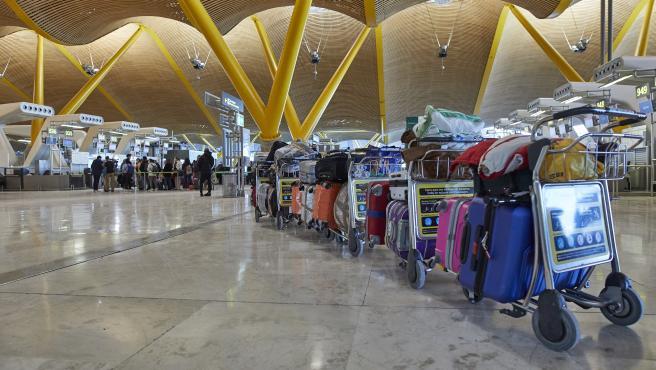 Una fila de maletas distribuidas en las instalaciones de la Terminal 4 del aeropuerto Madrid-Barajas Adolfo Suárez