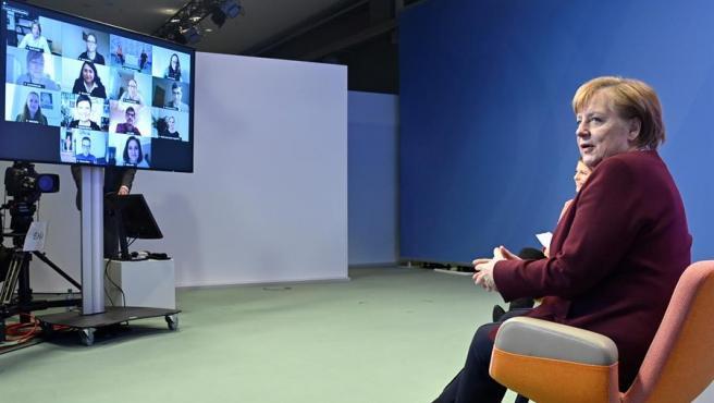 La canciller alemana, Angela Merkel, durante un encuentro virtual con padres.