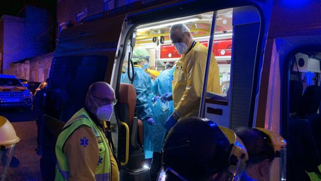 Efectivos de Samur-Protección Civil atienden al herido en la ambulancia.