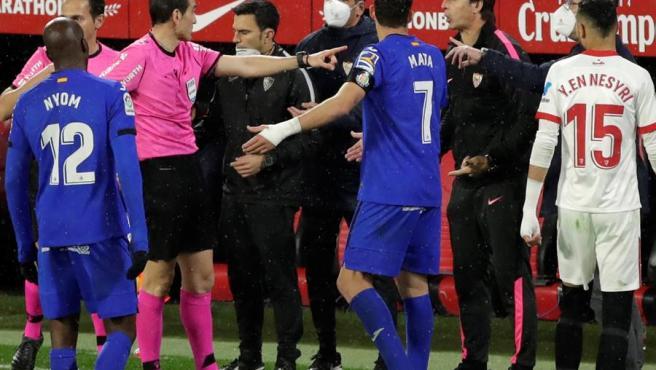El árbitro del Sevilla-Getafe expulsa a los entrenadores de ambos equipos.