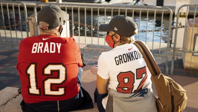 Fans de la NFL con camisetas de Tom Brady y Rob Gronkowski